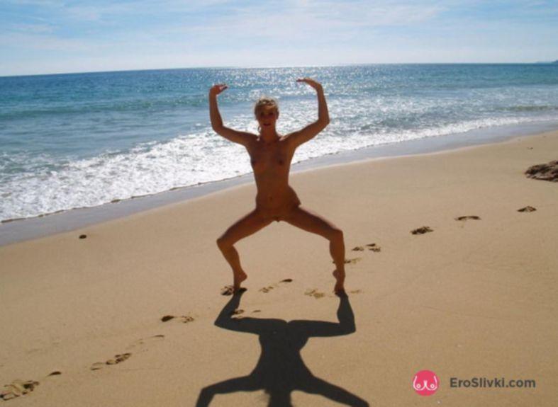Сексуальная блондинка голенькой играется на пляже - фото