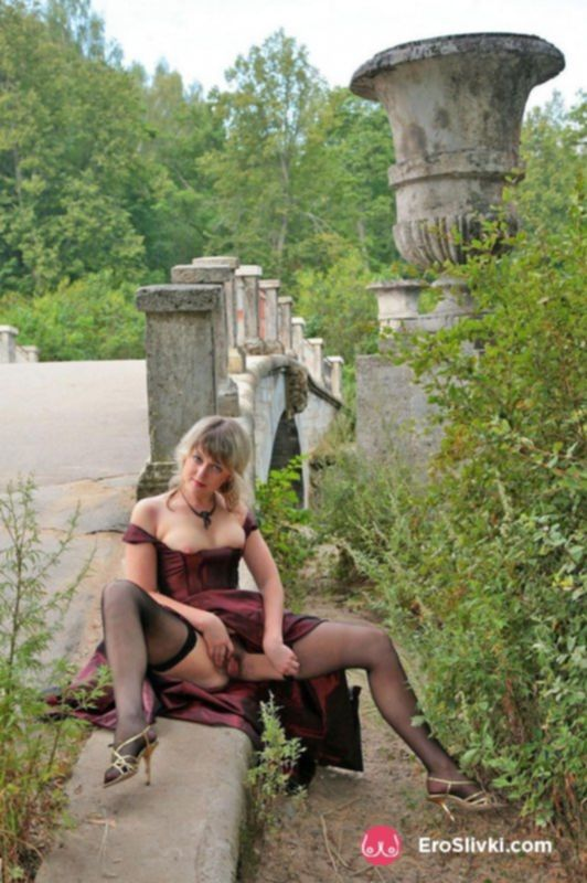 Зрелая блондинка разделась до чулков в общественном парке - фото