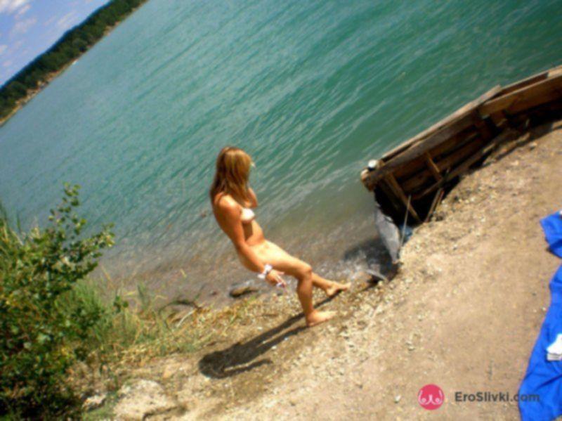 Смазливая русская блондинка купается в речке голышом - фото