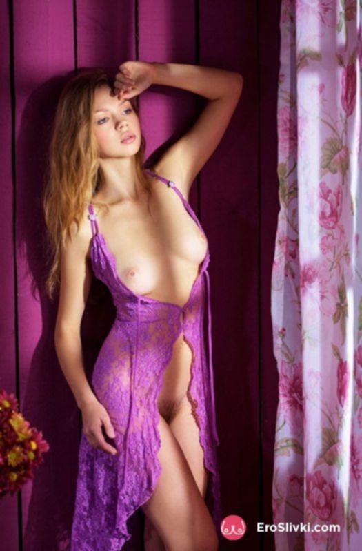 Молодая блондинка с красивым телом раздвигает ноги и светит голой писькой - фото