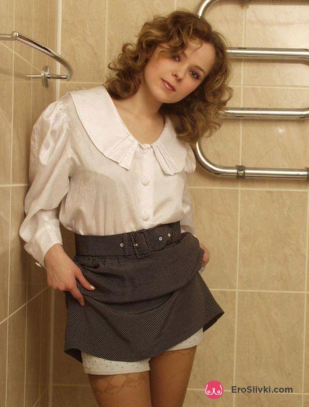 Привлекательная девка в туалете показала свою мохнатку - фото