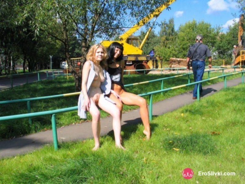 Голые русские лесбиянки на улице ласкают друг дружку - фото