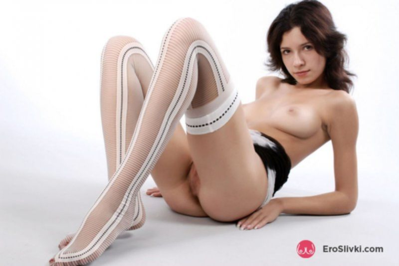 Русская брюнетка в красивых чулках эротично позирует голой - фото