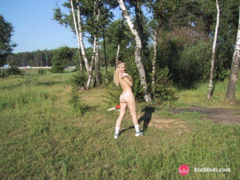 Русская блондинка гуляет по лесу голышом и позирует на фото - фото