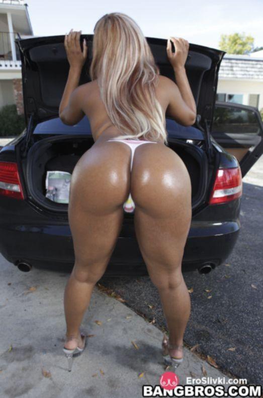 Чернокожая блондинка разделась у машины и ласкает свою письку рукой - фото