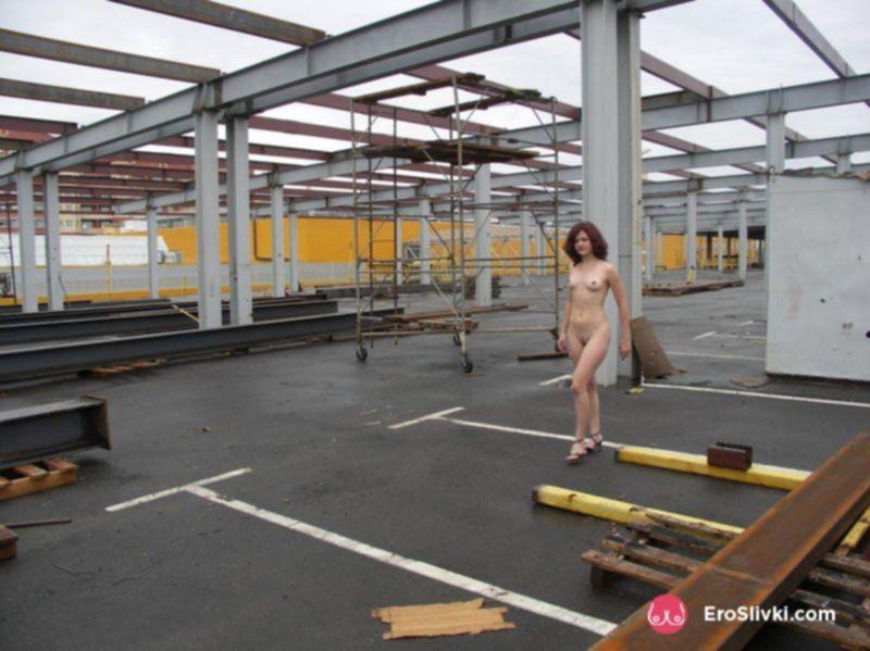 Рыжая подруга позирует голой на крыше супермаркета - фото