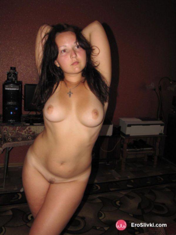 Русская толстушка позирует голой на кровати со своей киской - фото