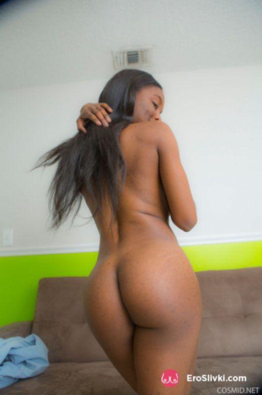 Сексуальная негритянка раздевается и дразнит своими большими титьками - фото
