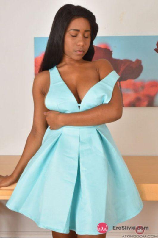 Привлекательная негритянка возбуждающе позирует голой на столе - фото