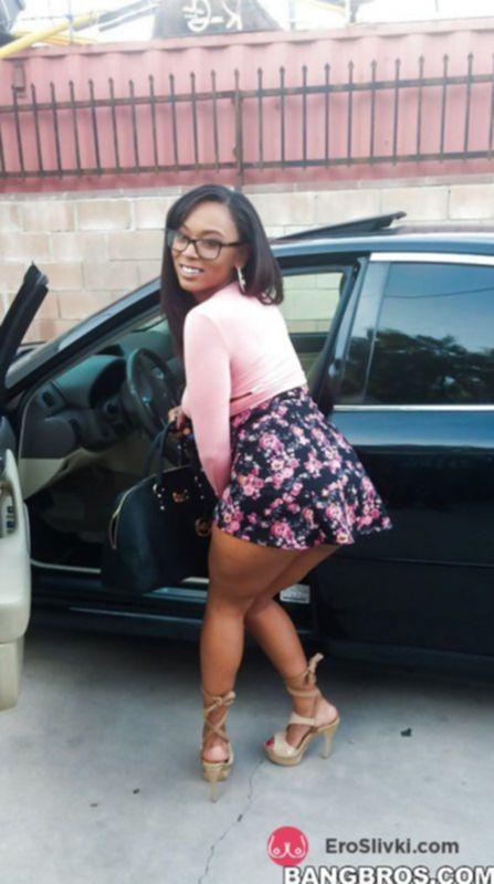 Сексуальная негритянка в багажнике светит сочной жопой раком - фото