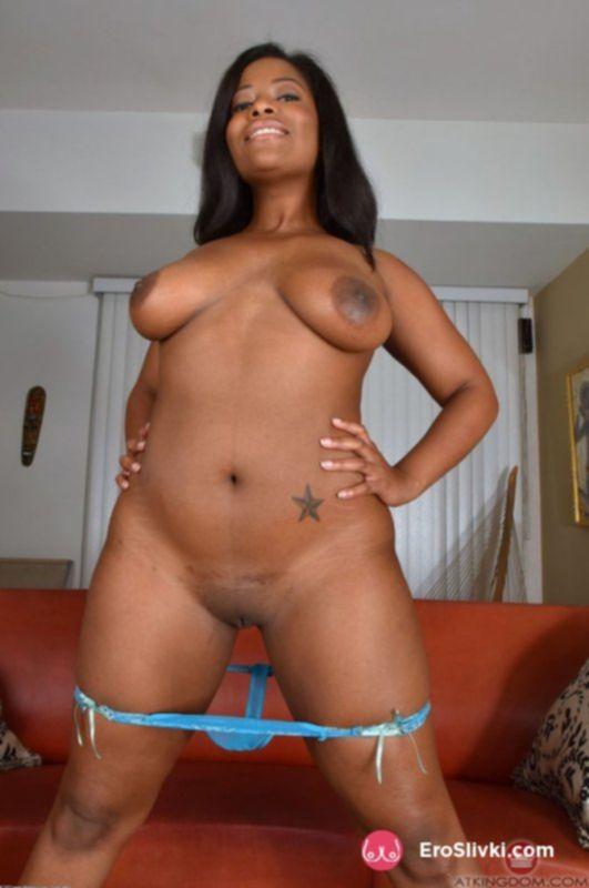 Темнокожая бестия светит своей вагиной и крупными сиськами - фото