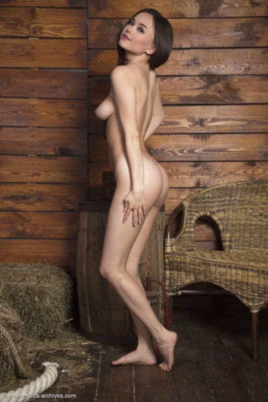 Красотка снимает одежду в сарае и щеголяет аппетитной попкой и гладкой писей - фото