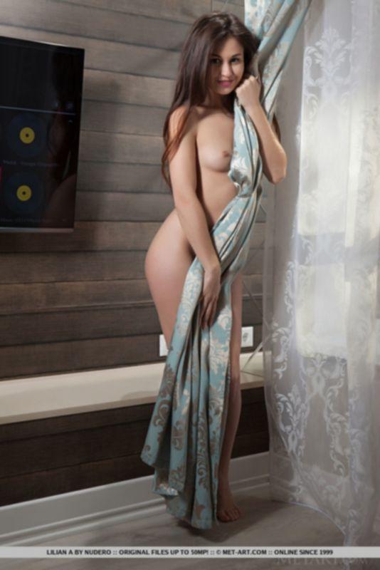 Длиноногая девушка Лилиан раздевается и демонстриует мокрую лысую киску - фото