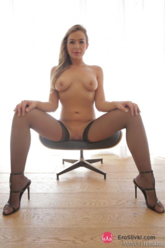 Длинноногая порно модель Блэр снимает трусики и в одних чулках демонстрирует ухоженную промежность - фото