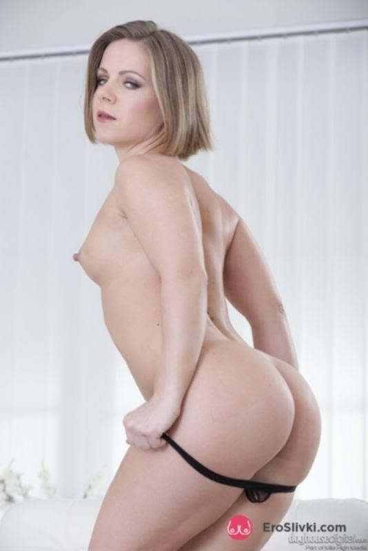 Блондиночка Саша снимает черное платье и стильные трусики, чтобы позировать голенькой - фото