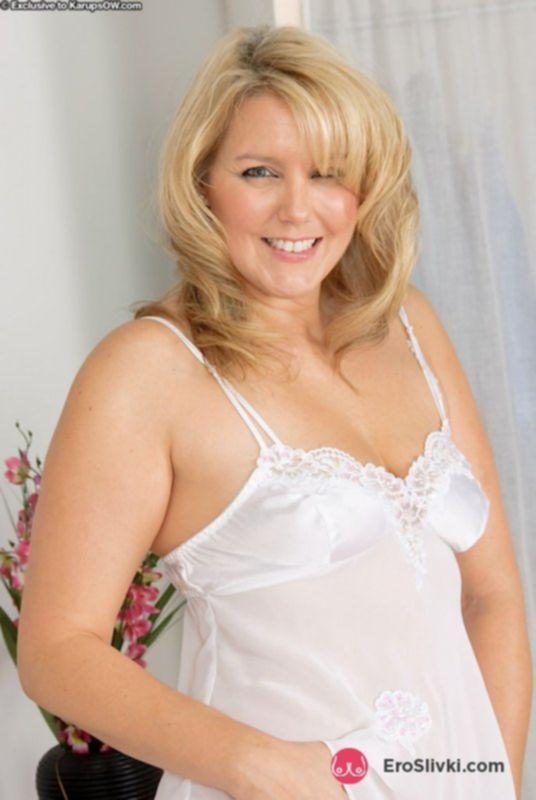 Зрелая коренастая блонда побрила пилотку и соблазняет мужчин у себя в спальне - фото