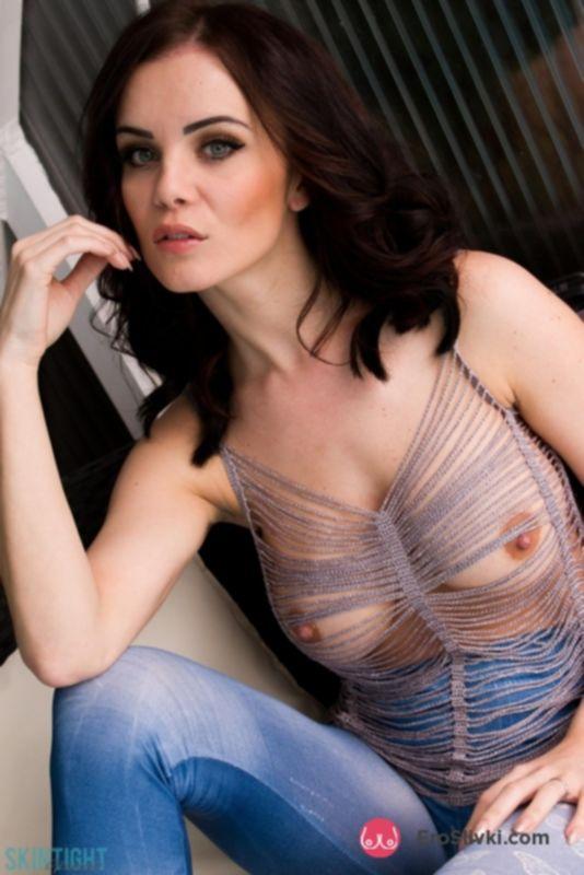 Очаровательная модель Эмма Гловер в плотно облегающих джинсах позирует топлес - фото