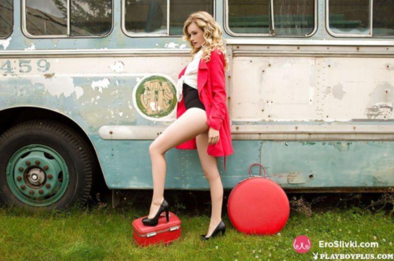 Стройная красотка сексуально позирует голой в автобусе - фото