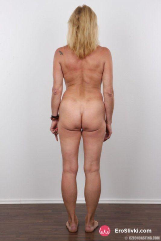 Блондинистая старуха позирует в разных ракурсах обнажённой - фото