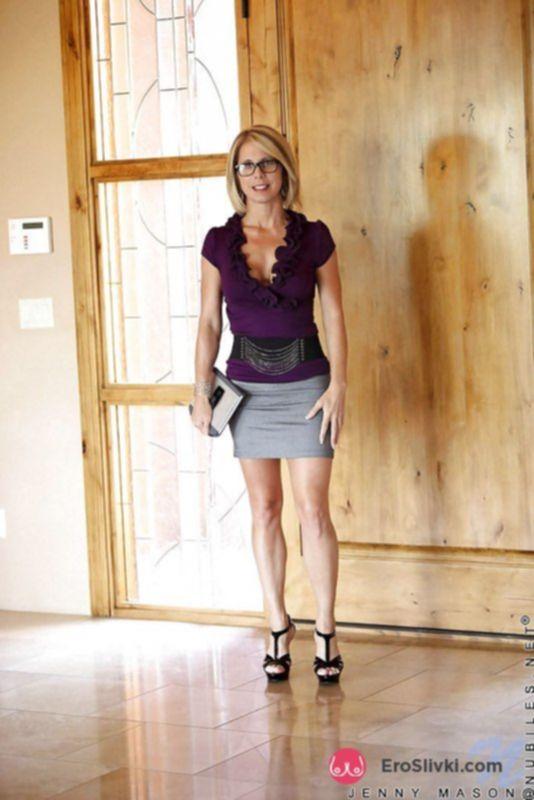 Похотливая милфа Дженни ласкает титьки и показывает пикантные трусики с прорезью - фото