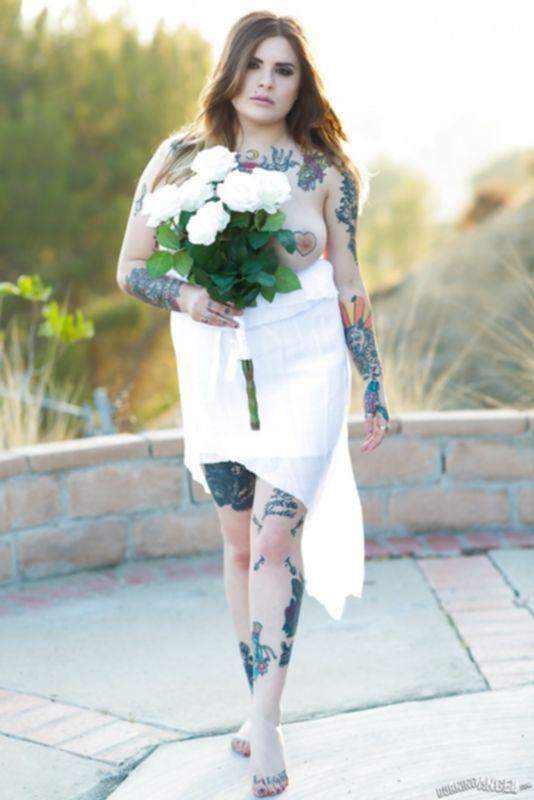 Голая пышка с татуировками по всему телу - фото