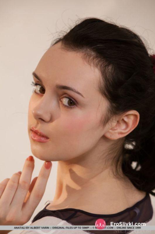 Смазливая молодая брюнетка показывает свою мокрую бритую киску - фото