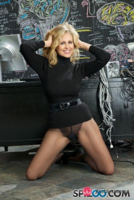 Грудастая блондинка Джулия снимает черные колготки и позирует голой на работе - фото