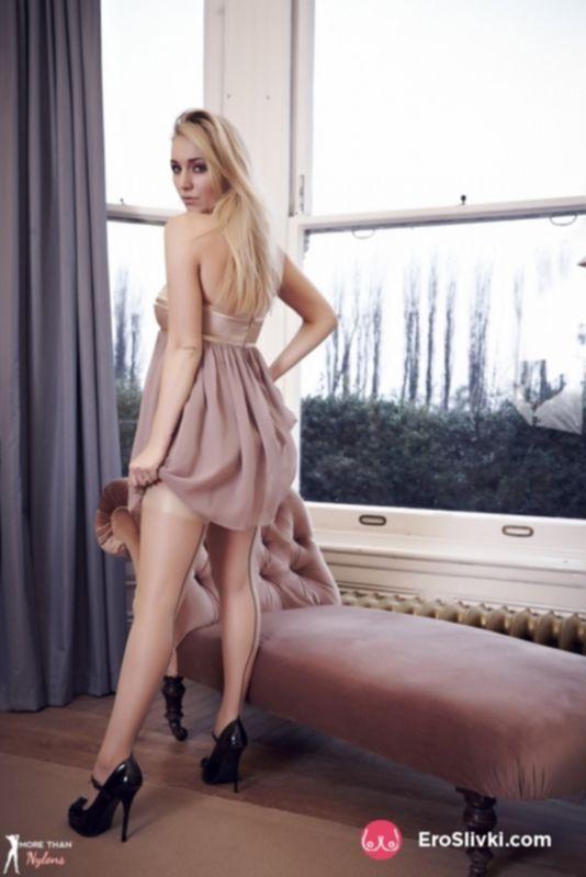 Горячая блондинка Хейли снимает трусики и позирует в одних чулках на подтяжках - фото