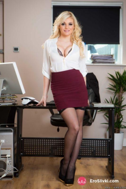 Сисястая секретарша Кэти перед сексом с шефом напросилась на фото съемку - фото