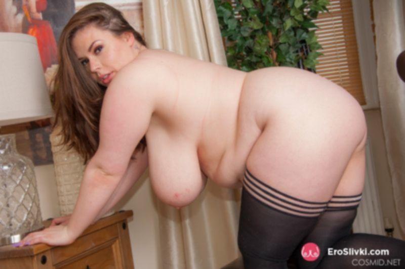 Толстушка Джорджина выставляет напоказ массивные сиськи и теребит лысую манду - фото