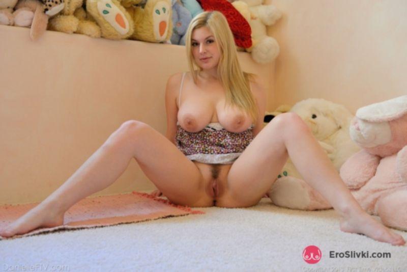 Очаровательная девушка Даниель с царственными сиськами радует себя секс-игрушками - фото