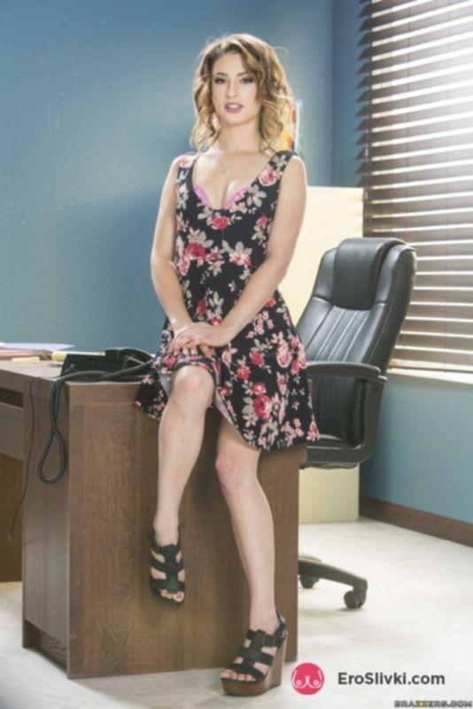 Стильная секретарша снимает легкое платье в офисе и показывает сокровенные места - фото