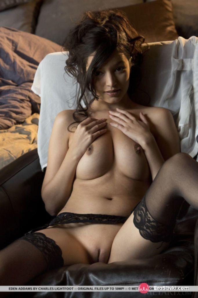 Очаровательная модель в чулках демонстрирует свою бритую киску и упругую грудь - фото
