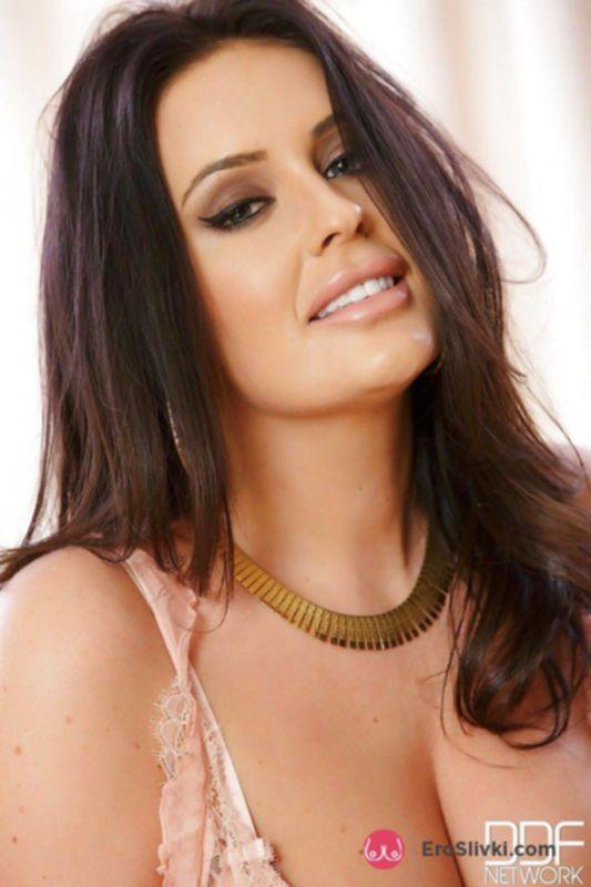 Надменная красотка Эмма ласкает большие груди и показывает потрепанную киску - фото