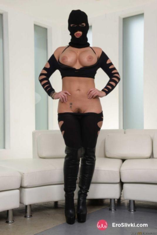 Привлекательная госпожа в сексуальных сапожках показывает свою габаритную задницу - фото